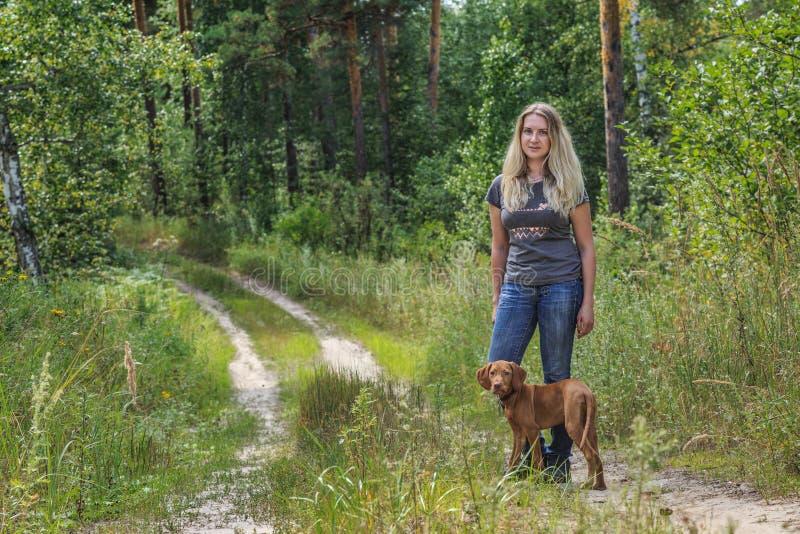 Chica con un perro fotografía de archivo