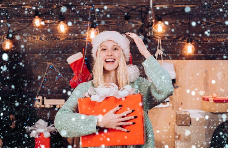Chica de Navidad - efectos de nieve Retrato de una joven sonriente Holly jolly swaf Navidad y noel Regalo de año nuevo imagen de archivo libre de regalías