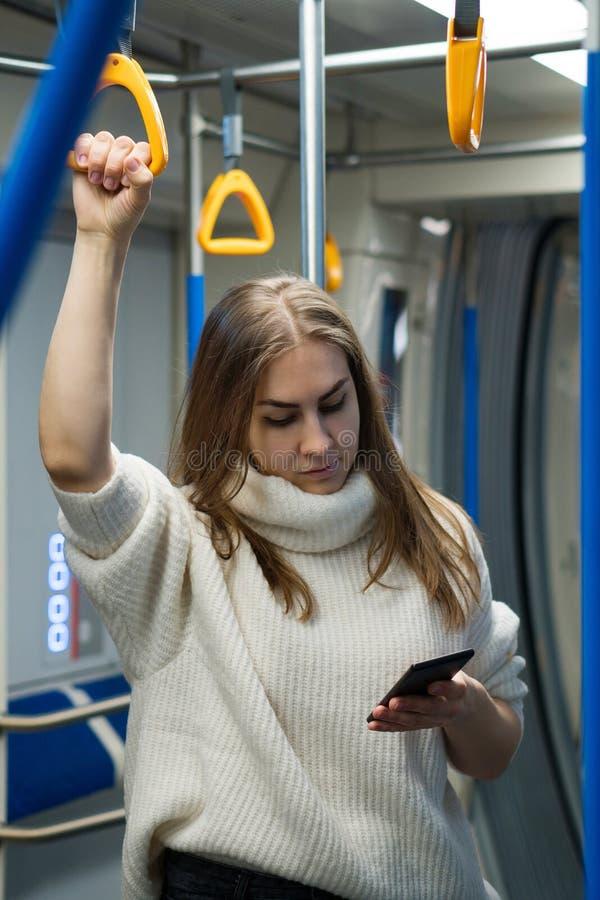 Chica en un vagón de metro fotografía de archivo