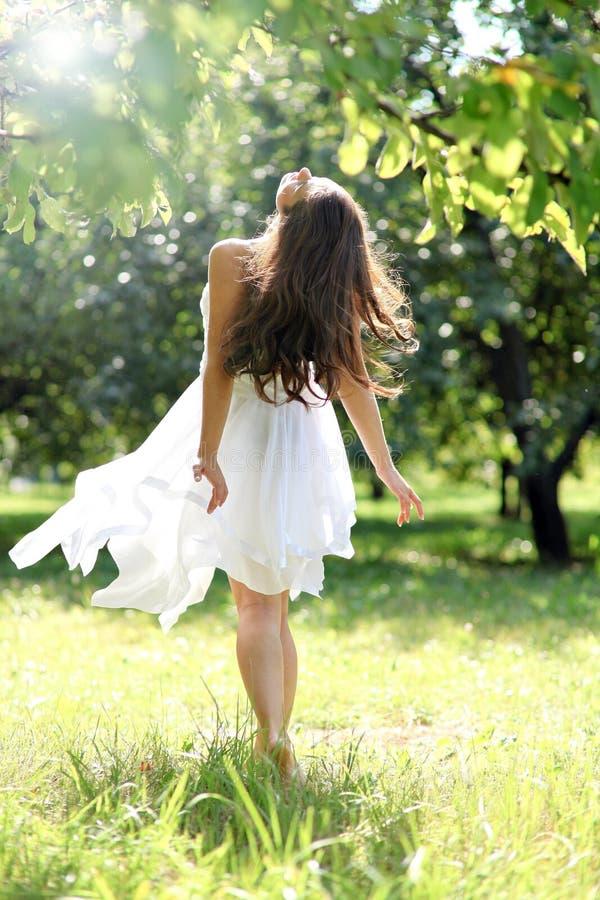 Chica joven adorable en el goce blanco de la ropa imagenes de archivo