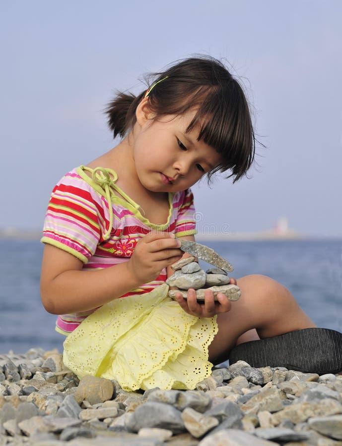 Chica joven al aire libre imagenes de archivo