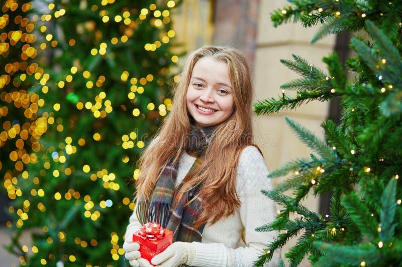 Chica joven alegre con poca actual caja fotos de archivo libres de regalías