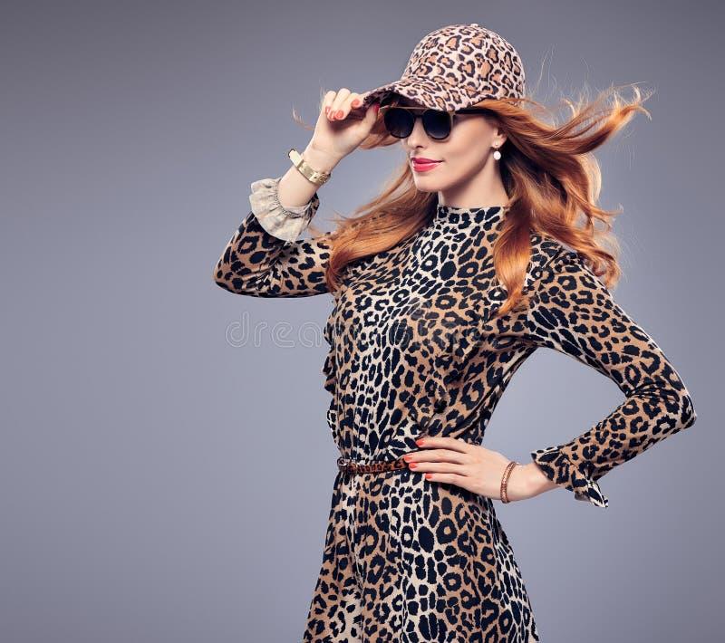 Chica joven atractiva del pelirrojo de la moda, mono de moda imagen de archivo libre de regalías