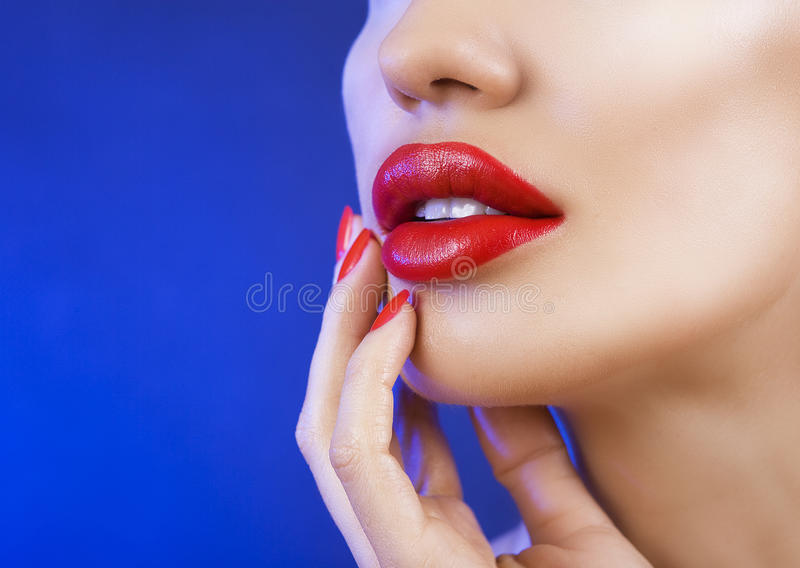 Chica joven atractiva hermosa con los labios rojos, maquillaje brillante en azul fotos de archivo