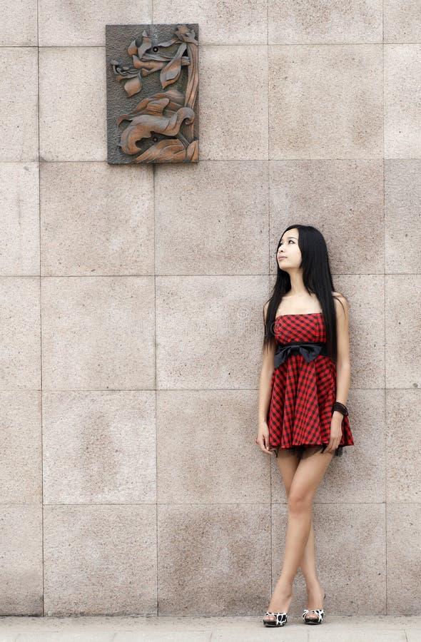 Chica joven bonita al aire libre fotografía de archivo