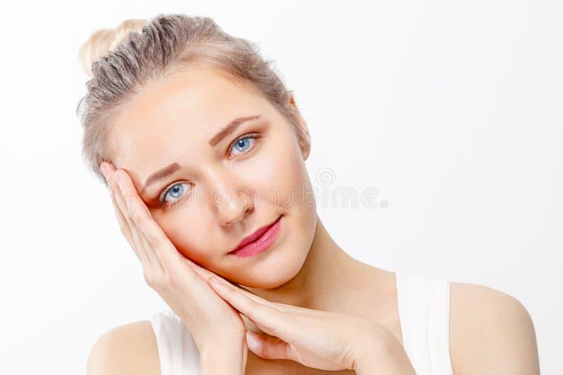 Chica joven bonita con actitudes del maquillaje con las palmas imagenes de archivo