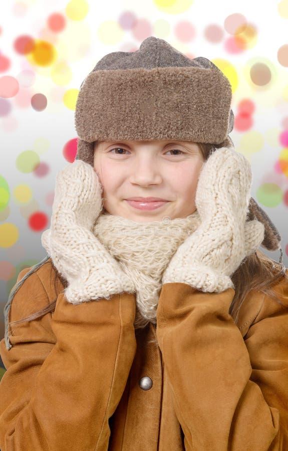 Chica joven bonita con el sombrero de piel, estilo ruso del chapka imagen de archivo libre de regalías