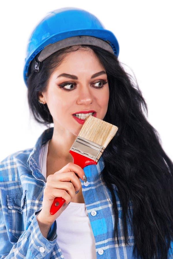 Chica joven bonita con morder un cepillo rojo imagen de archivo