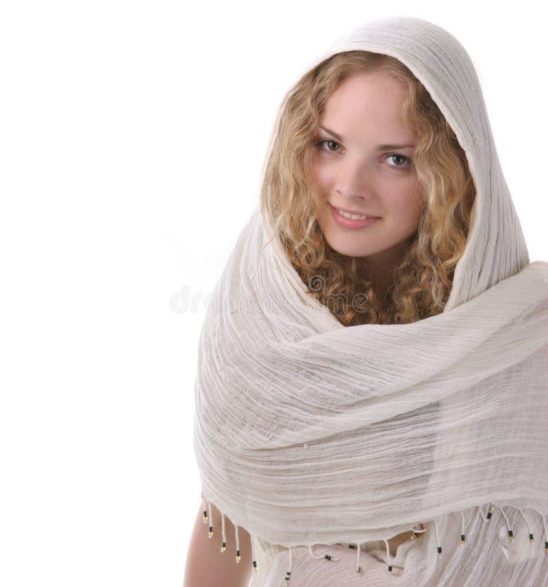 Chica joven bonita con una bufanda foto de archivo libre de regalías