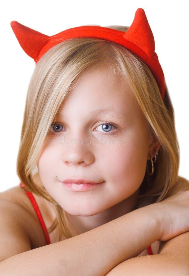Chica joven bonita en claxones rojos imagenes de archivo