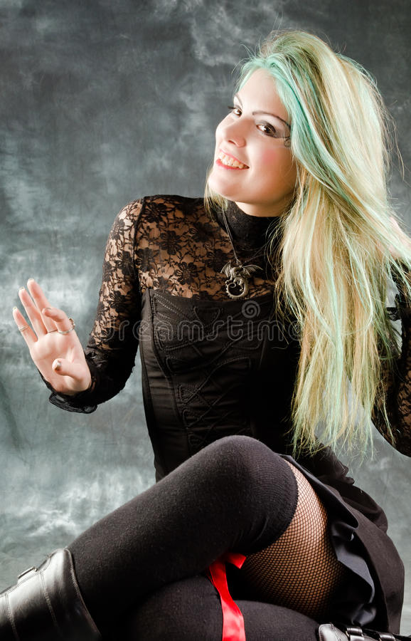 Chica joven bonita en la ropa del goth fotos de archivo libres de regalías