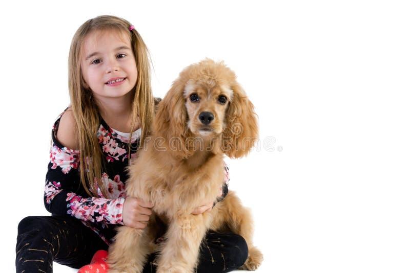 Chica joven bonita que abraza su perrito de cocker spaniel fotos de archivo