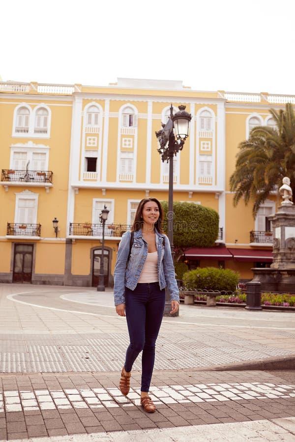 Chica joven bonita que camina con la mochila fotografía de archivo libre de regalías