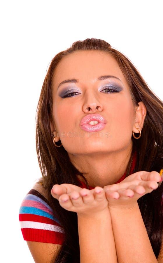 Chica joven bonita que envía beso fotografía de archivo libre de regalías