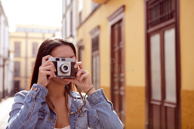 Chica joven bonita que toma una imagen en un callejón fotos de archivo libres de regalías