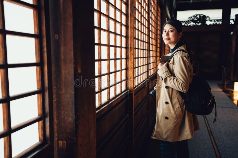 Chica joven cerca de las puertas deslizantes de papel imagen de archivo libre de regalías