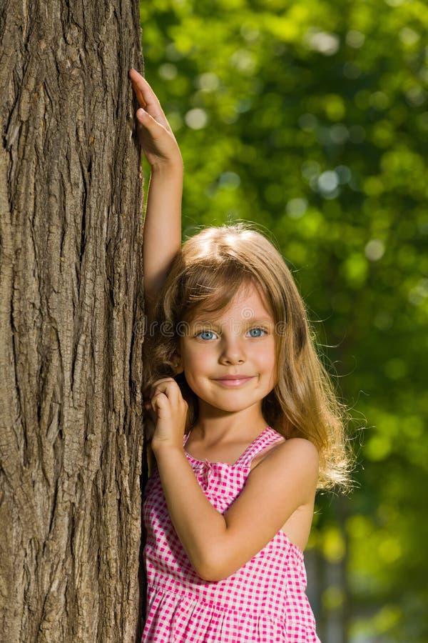 Chica joven cerca de un árbol imagen de archivo