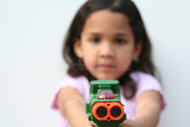 Chica joven con el arma del juguete imágenes de archivo libres de regalías