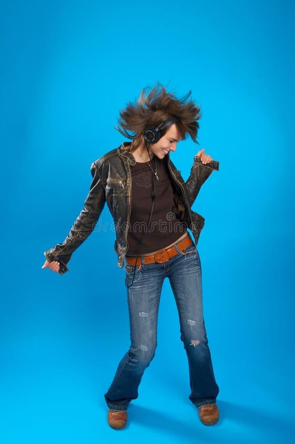 Chica joven con el baile de los auriculares fotos de archivo libres de regalías