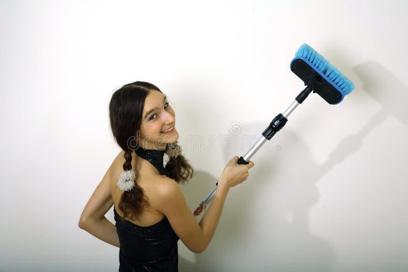 Chica joven con el cepillo fotografía de archivo