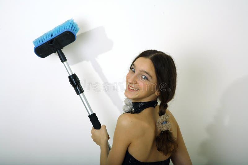 Chica joven con el cepillo fotos de archivo
