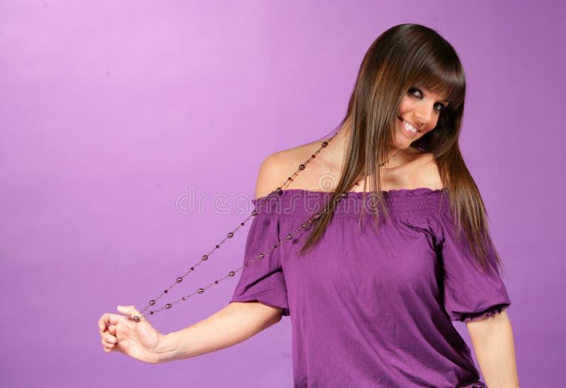 Chica joven con el collar imagenes de archivo