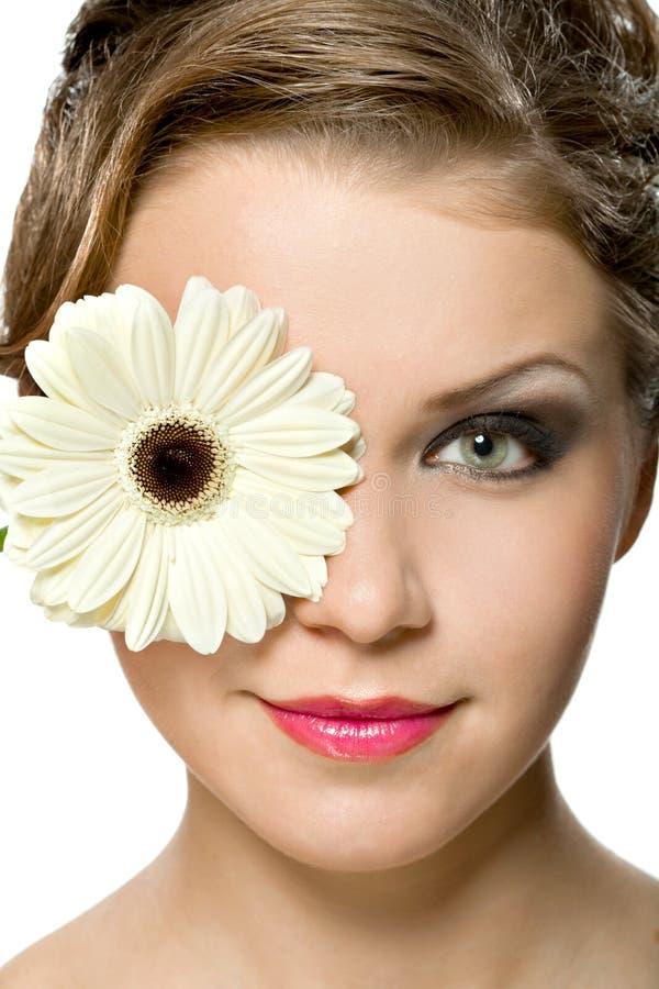 Chica joven con el gerber blanco delante de su cabeza imágenes de archivo libres de regalías
