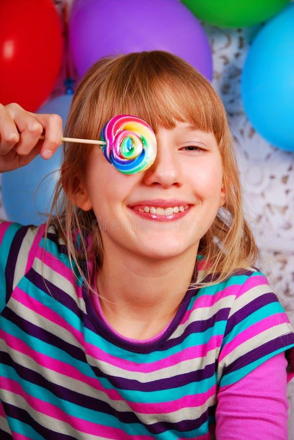 Chica joven con el lollipop fotografía de archivo libre de regalías