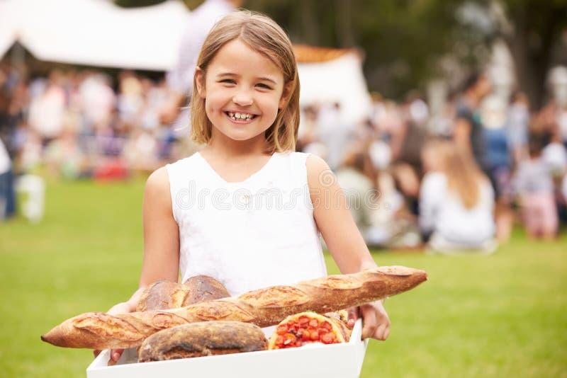 Chica joven con el pan fresco comprado en el mercado al aire libre de los granjeros imágenes de archivo libres de regalías
