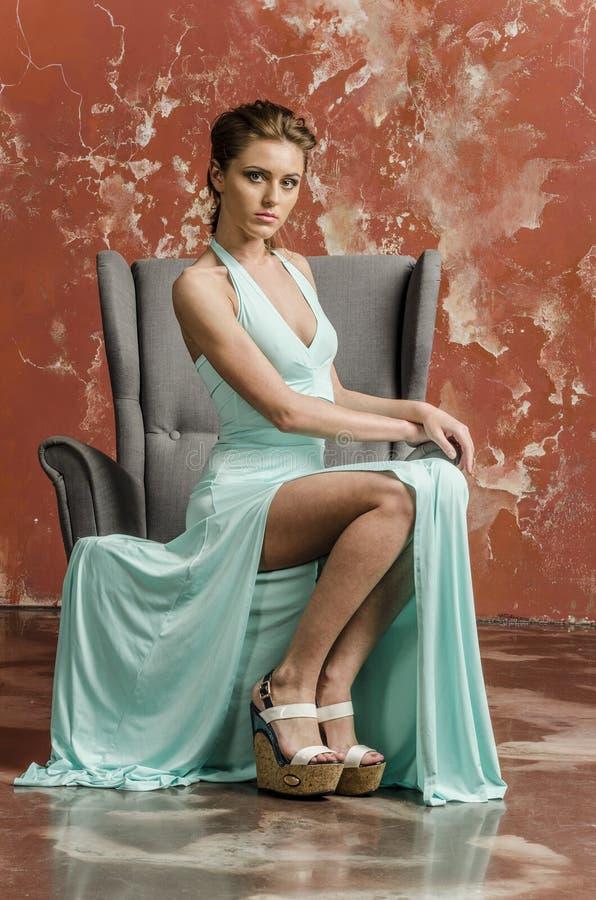 Chica joven con el pelo hermoso en un vestido azul largo y sandalias de la plataforma fotos de archivo