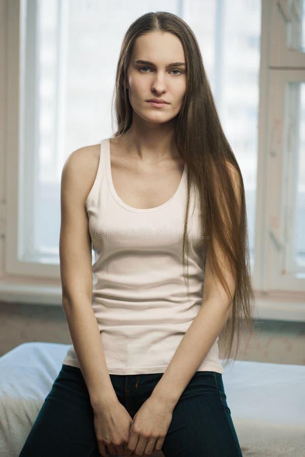 Chica joven con el pelo largo fotos de archivo libres de regalías