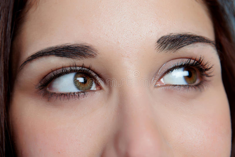 Chica joven con el pensamiento de los ojos del marrón imagen de archivo libre de regalías