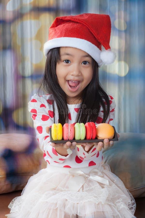 Chica joven con el sombrero de santa, la Navidad imagenes de archivo