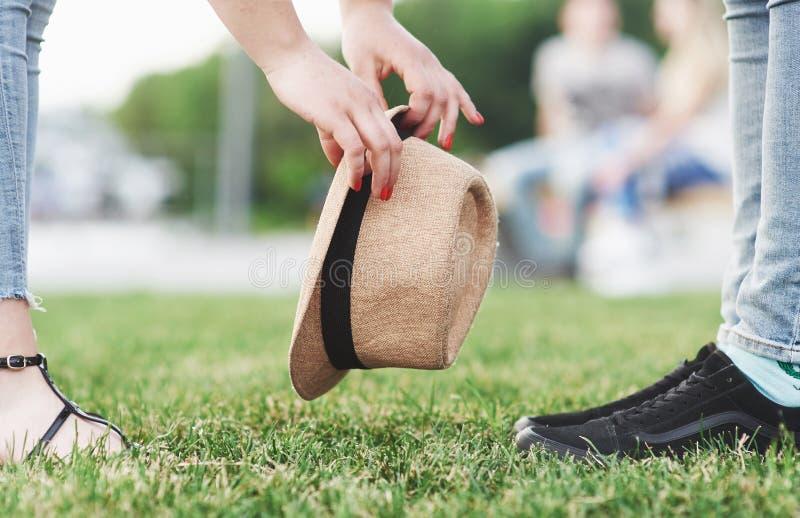 Chica joven con el sombrero y el muchacho el día soleado del verano foto de archivo