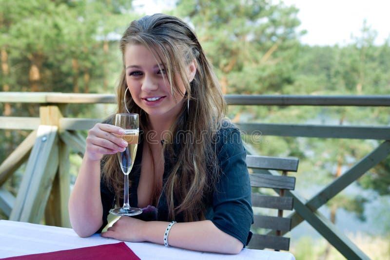 Chica joven con el vidrio de champán imagen de archivo libre de regalías