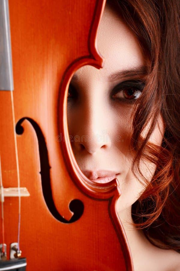 Chica joven con el violín imagen de archivo libre de regalías