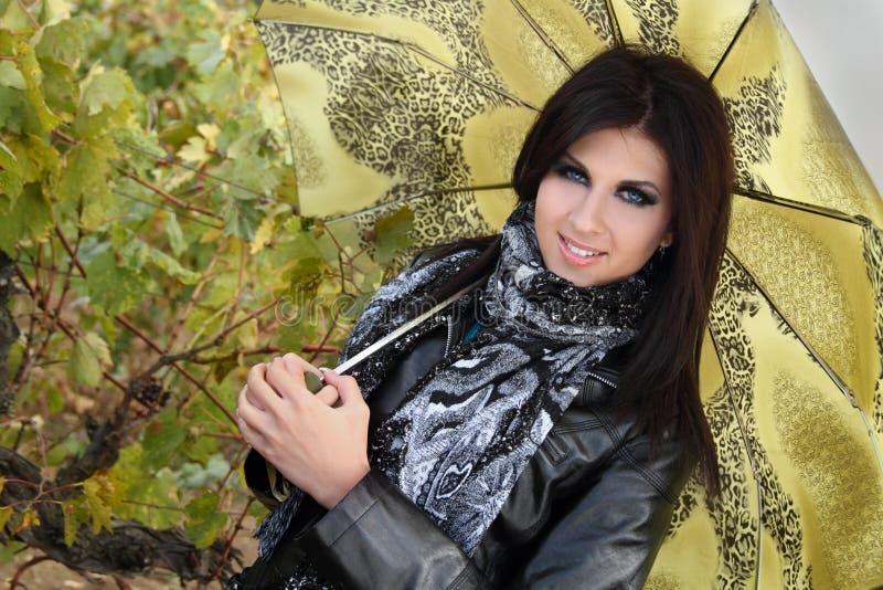 Chica joven con estilo con el paraguas verde fotos de archivo