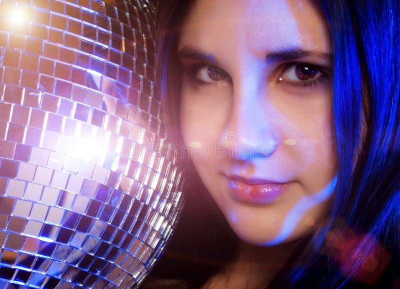 Chica joven con la bola del disco imagen de archivo