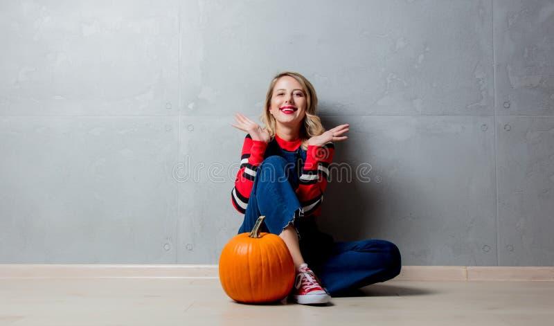 Chica joven con la calabaza de Halloween imagen de archivo