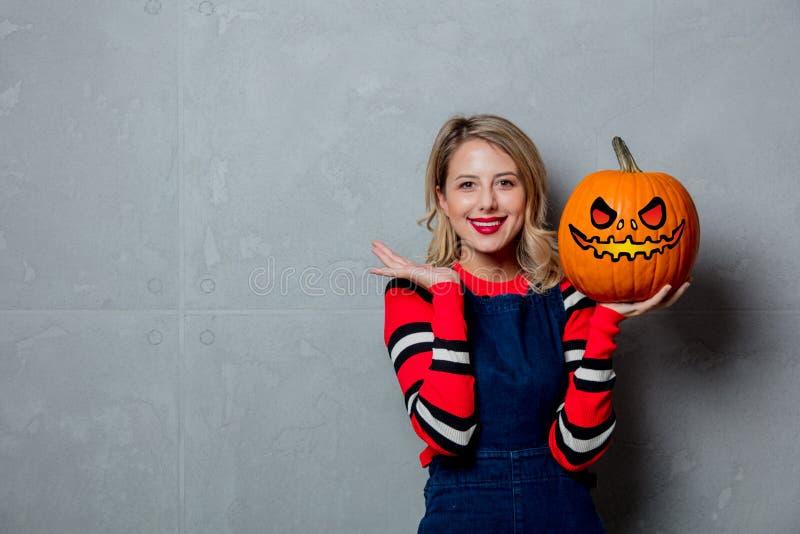 Chica joven con la calabaza de Halloween imagenes de archivo