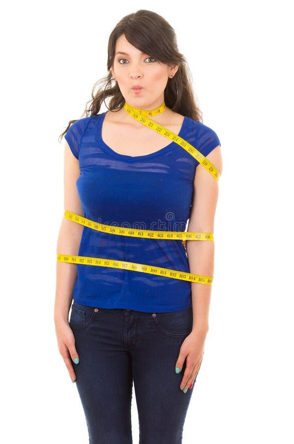 Chica joven con la cinta métrica alrededor de su cuerpo fotos de archivo