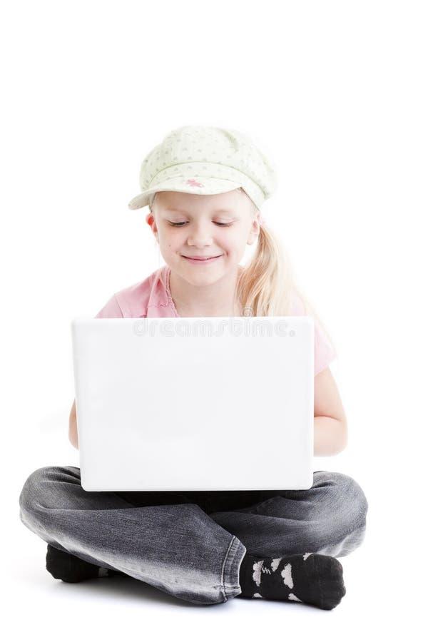 Chica joven con la computadora portátil imagenes de archivo