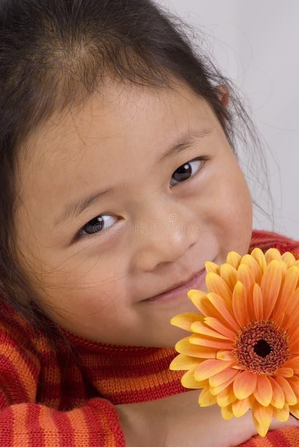 Chica joven con la flor imágenes de archivo libres de regalías