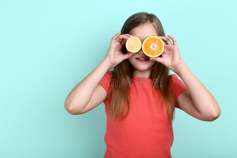 Chica joven con la fruta de la naranja y del limón imágenes de archivo libres de regalías