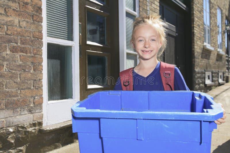 Chica joven con la papelera de reciclaje afuera fotos de archivo libres de regalías