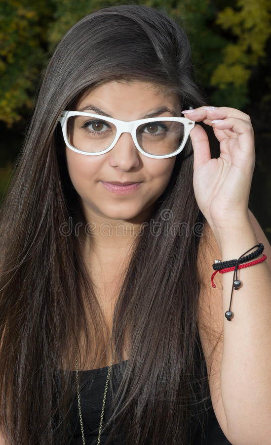 Chica joven con las gafas de sol blancas imágenes de archivo libres de regalías