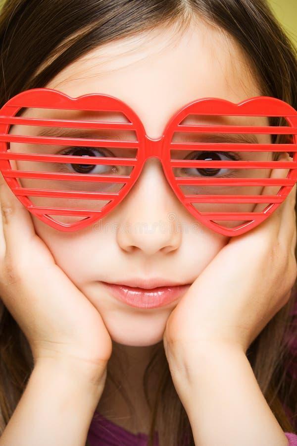 Chica joven con las gafas de sol divertidas imagen de archivo libre de regalías