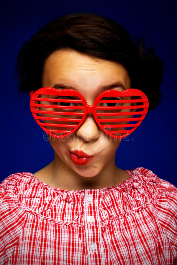 Chica joven con las gafas de sol divertidas fotografía de archivo