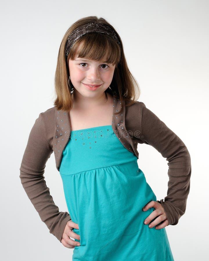 Chica joven con las manos en caderas foto de archivo libre de regalías