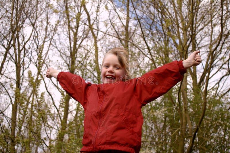 Chica joven con los brazos separados fotografía de archivo